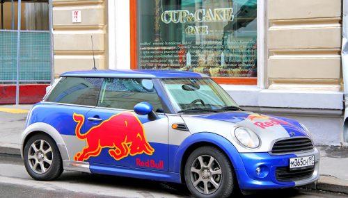 Das Auto für sich arbeiten lassen: Mit Autowerbung Geld verdienen